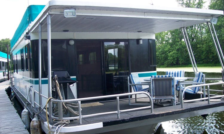 15' x 52' Three-Bedroom Houseboat Rental