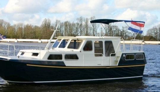 33' Motor Yacht Rental In Terherne