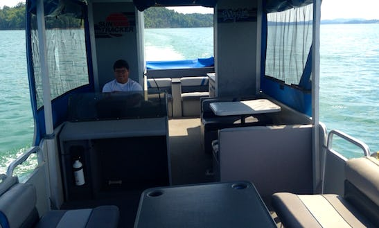 Beautiful 12 Person Pontoon For Rent In Jefferson City, Tennessee