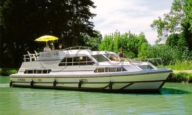 "Luxurious ""Classique"" Motor Yacht Charter in Ireland"