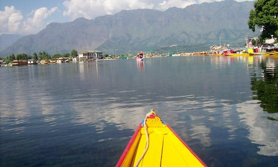 Enjoy A Romantic Houseboat Vacation In Srinagar, India