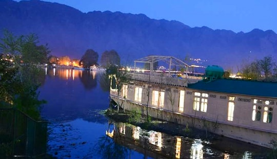 Memorable Houseboat Vacation In Srinagar, India