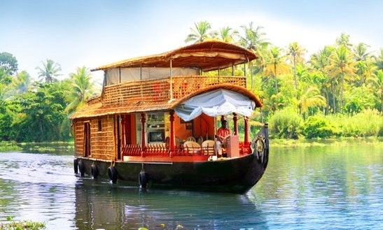 Deluxe Houseboat For 12 Person In Kerala, India