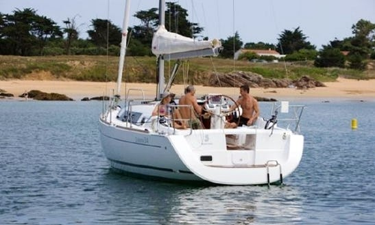 Charter Océanis 34 Sailing Yacht In La Rochelle