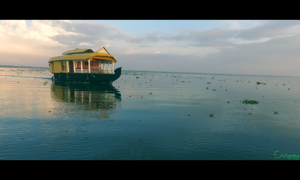 Experience a Houseboat Charter with 2 A/C Deluxe Rooms in Alappuzha, India