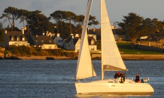 Oceanis 311 Dl 2000 Cruising Monohull Rental & Trips In Larmor-plage, France