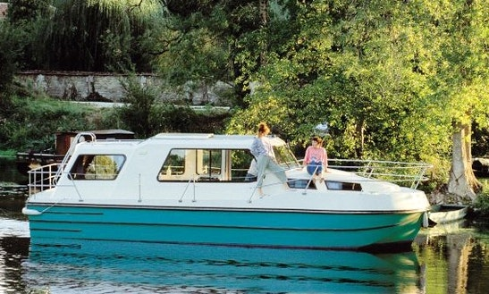 'riviera 920' Motor Yacht Hire In Nevers Plagny