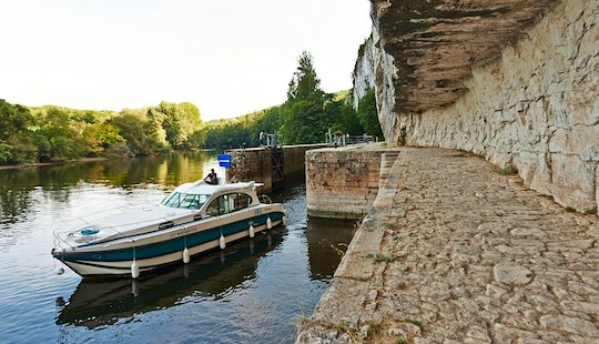 Charter A 33ft Nicols 1000 Motor Yacht Hire In Aquitaine, France