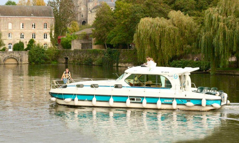 Amazing Motor Yacht for 12 People Available to Cruise in Port-sur-Saône, France