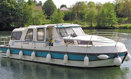 A Riviera 920 Motor Yacht For 8 Person In Poitou-charentes, France