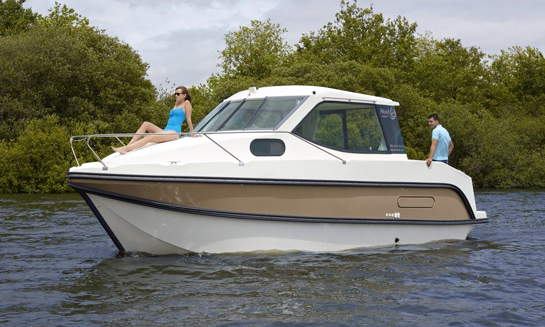 Rent a 4 People Cuddy CabinYacht in Venarey-les-Laumes