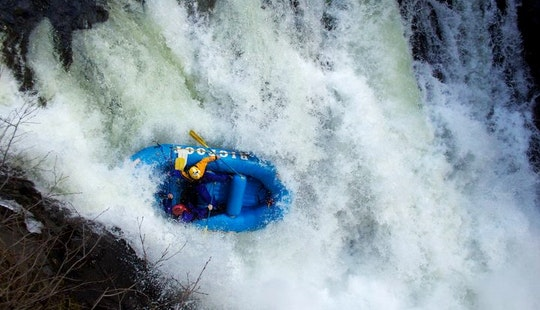 Book A Self Bailing Raft In Willow Creek, California