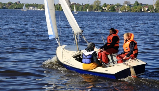 Dinghy Sailing Lessons - Accommodate 4 People In Hamburg