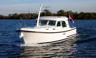 Charter the Linssen 29.9 Sedan Yacht in Capestang, France