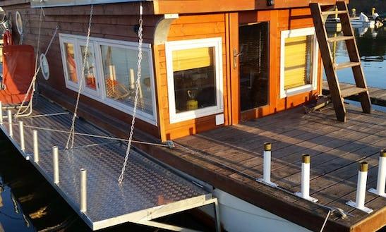 Charter 32' Houseboat In Porto Viro, Italy