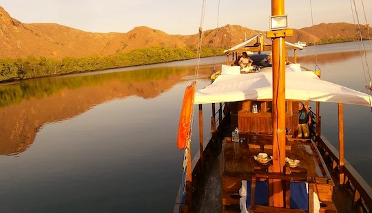 Komodo Island Liveaboard Cruises On 66ft Mini Phinisi Boat