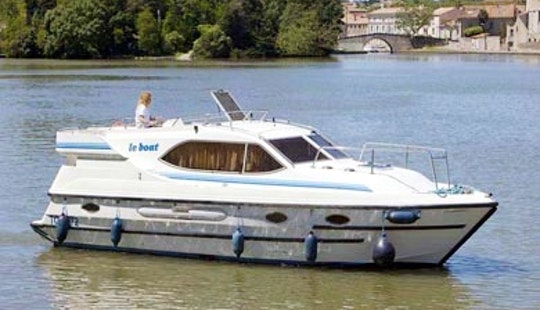 Charter 34' Countess Motor Yacht In Camargue, France