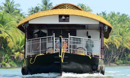 Charter Honey Dew Houseboat In Thaikadappuram, Kerala
