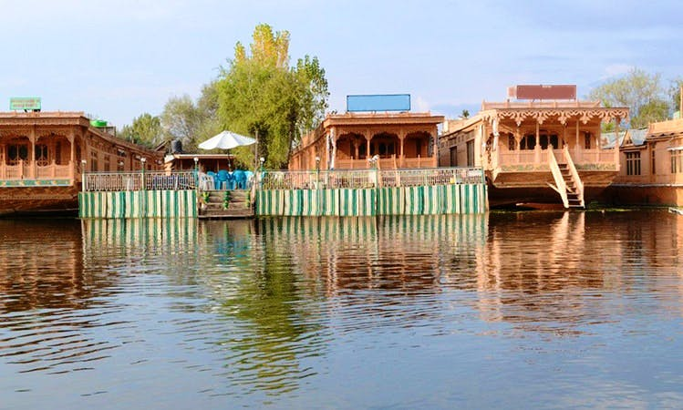 Explore Dal Lake in Jammu and Kashmir on a Houseboat