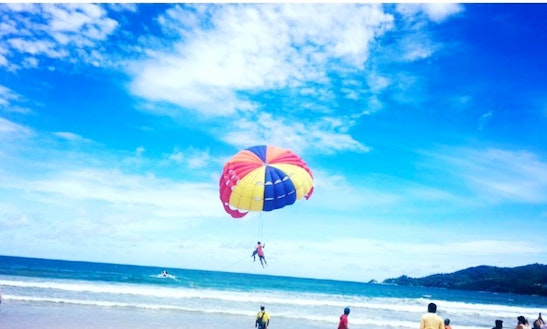 Enjoy Parasailing In Muang Pattaya, Thailand