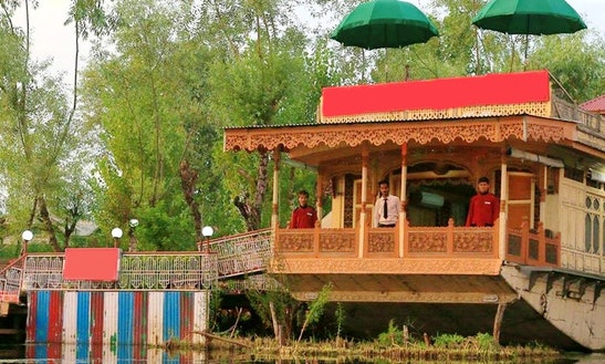 Stay On Elegant Houseboat In Srinagar, Jammu And Kashmir