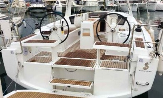 Charter A Beneteau Oceanis 35 Sailboat Intorroella De Montgrí, Cataluña
