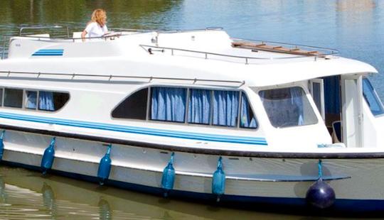 Charter 47' Salsa Motor Yacht In Porto Levante, Italy