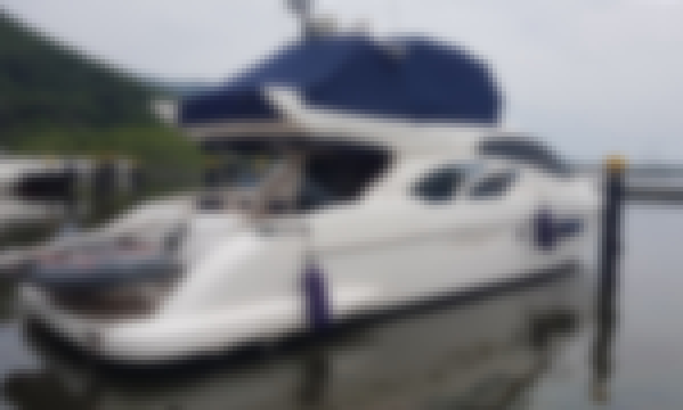 Rent this 17 person yacht in Guarujá