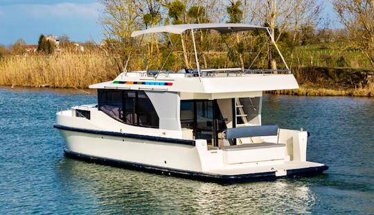 Charter 44' Horizon Motor Yacht In Camargue, France