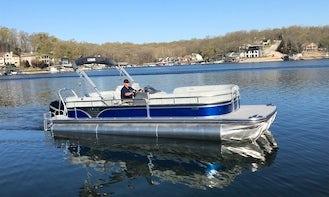 27' Lowe Tritoon Boat for Rent in Lake Ozark, Missouri