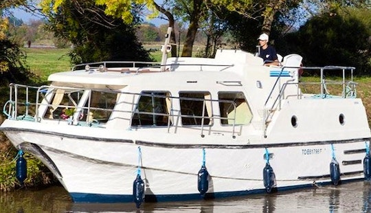 Cruise And Stay Aboard A 30' Motor Yacht For 5 Person In Nieuwpoort, Belgium
