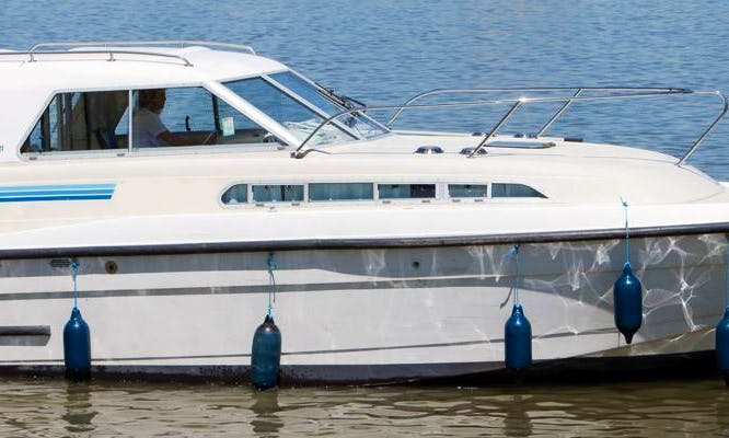 Cruise the River Thames aboard 29' Motor Yacht for 3 Person