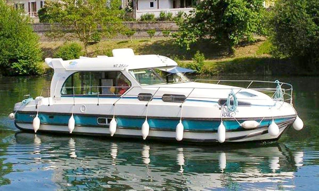 Nicols 1150 Motor Yacht Hire in Brienon, France