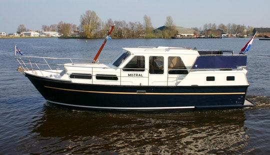 31' Motor Yacht Rental In Terherne