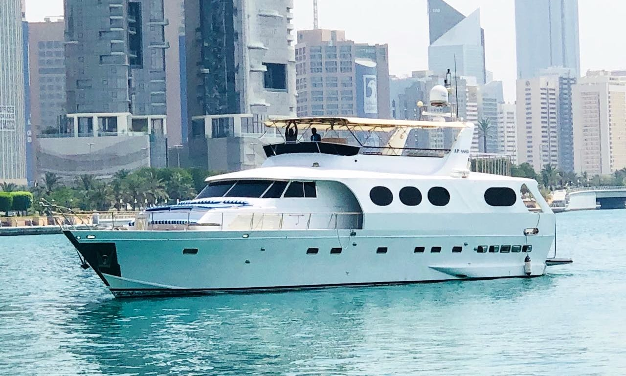 LUXURIOUS YACHT ON RENTAL FOR CRUISE PARTY