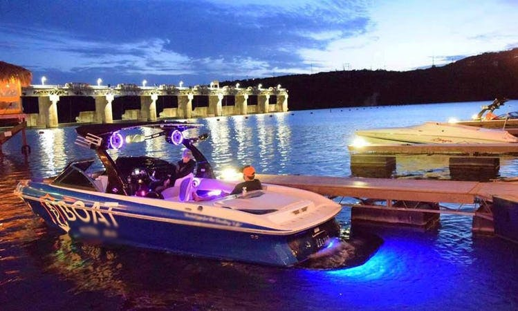 Wakeboard Boat for 8 People on Lake Austin / Lake Travis