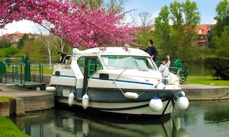 Discover the heart of Anjou with 29' Confort 900 Canal Boat for 7 People in Grez-Neuville