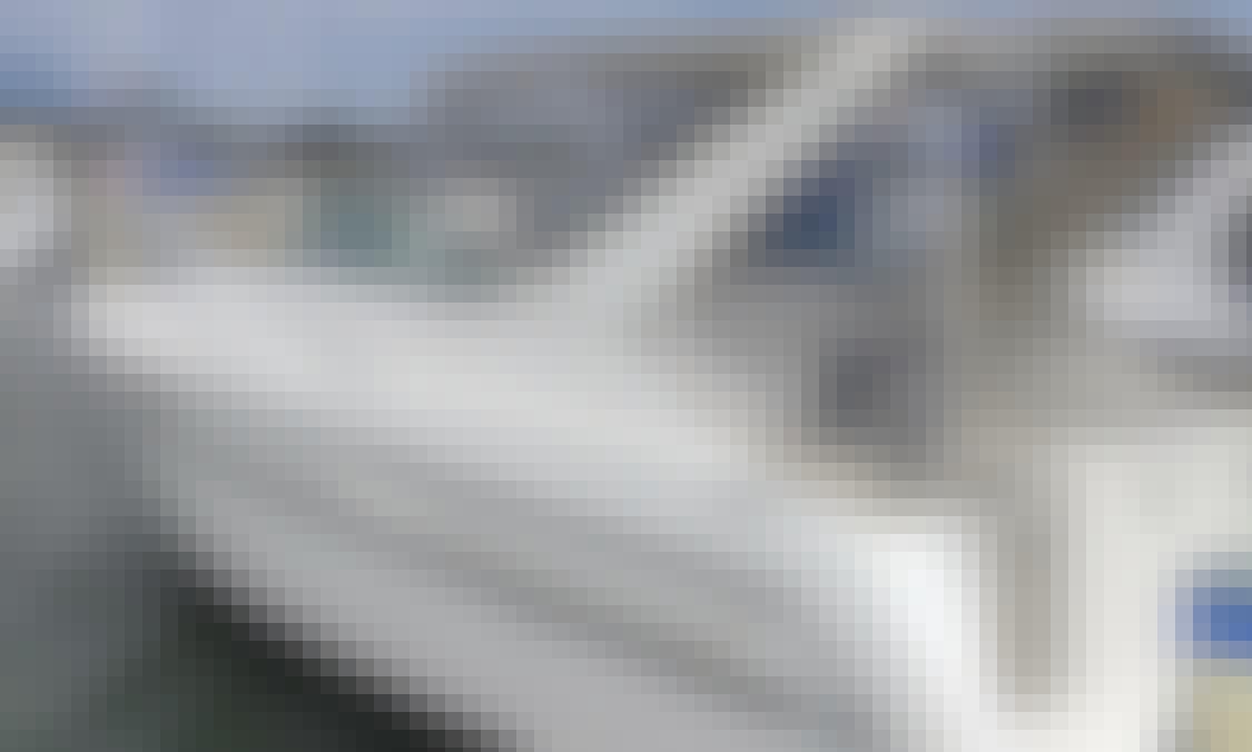 Maxum 3000 scr Motor Yacht Rental in Toronto, Ontario