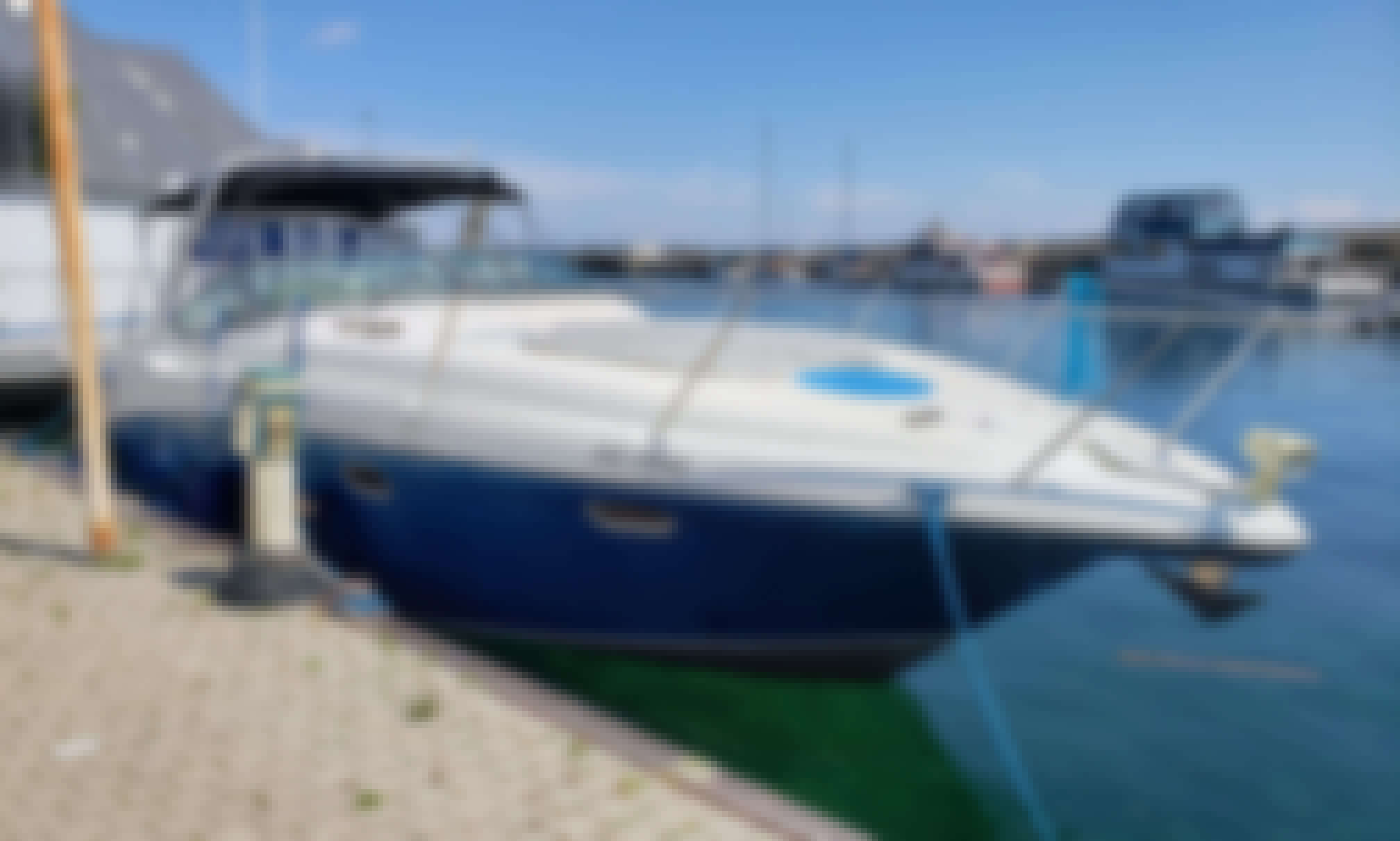 Four Winns Motor Yacht Rental in Toronto, Ontario