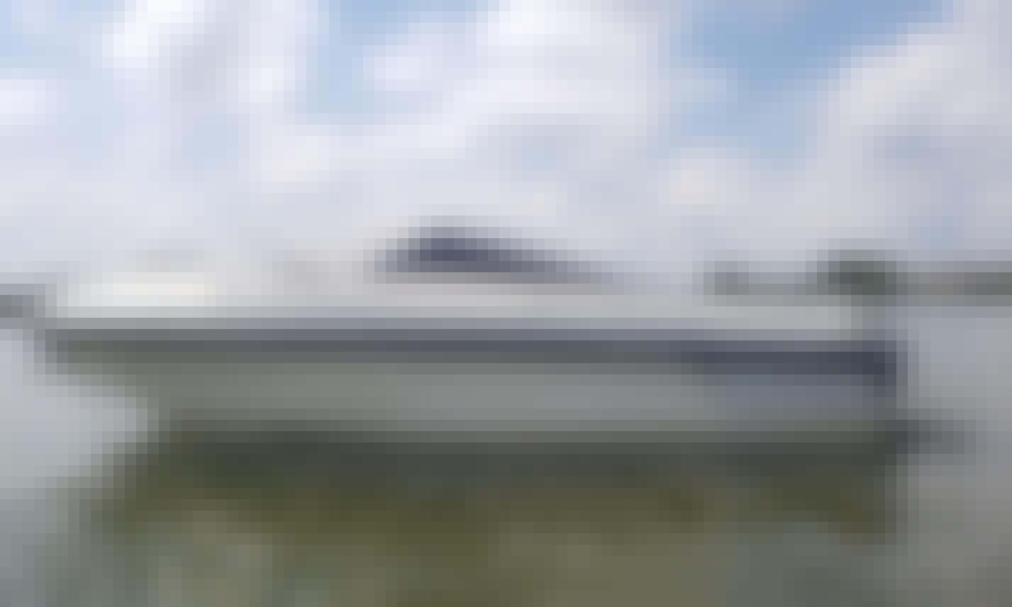 SunRunner CV Classic Cuddy Cabin Cruising/Fishing on Lake Tonka