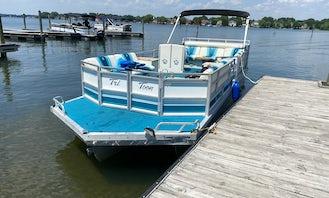 Spacious JC Tritoon 266 Boat at Lake Norman