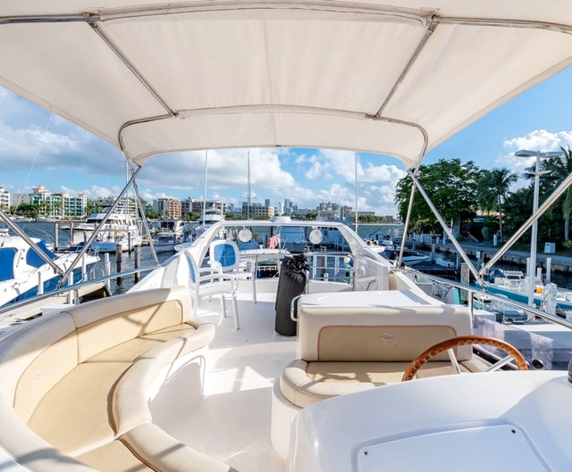 Yacht Cruising in Miami Bay for 9 guests